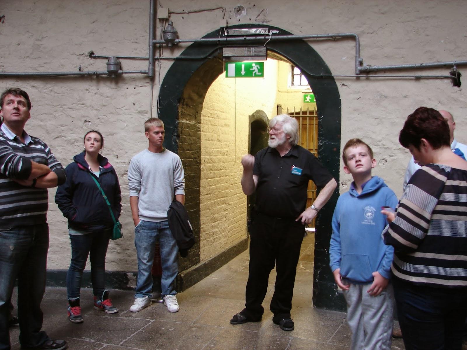 O guía da prisión-museo de Kilmainham (foto XMLS)