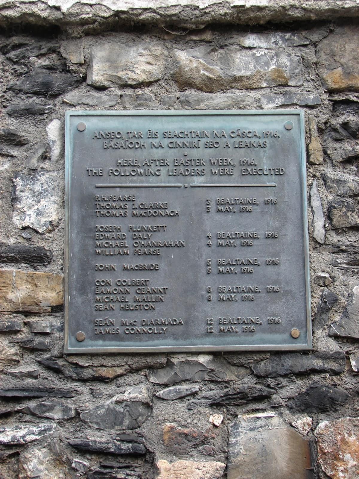 Placa cos nomes dos 14 fusilados do Easter Rising Monday de 1916, no muro onde se executou a sentenza (foto XMLS)