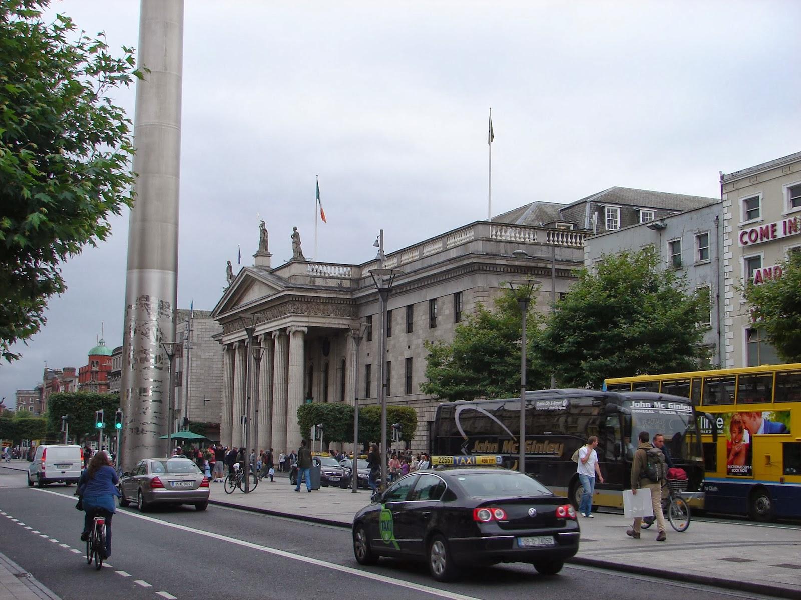 Ó Connell Street, co novo obelisco e o edificio de Correos, onde os sublevados en 1916 se fixeran fortes (foto XMLS)