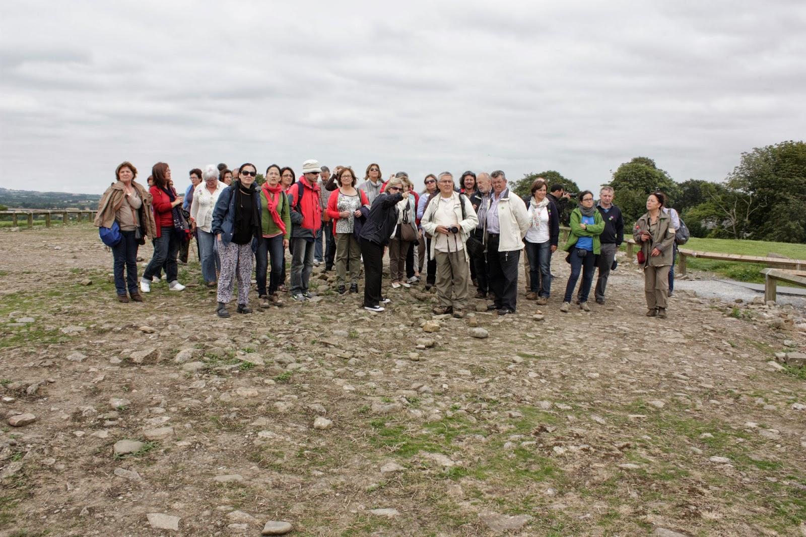 Os viaxeiros no cume do gran túmulo de Knowth, seguindo as explicacións da guía (foto Sinda Cundíns)