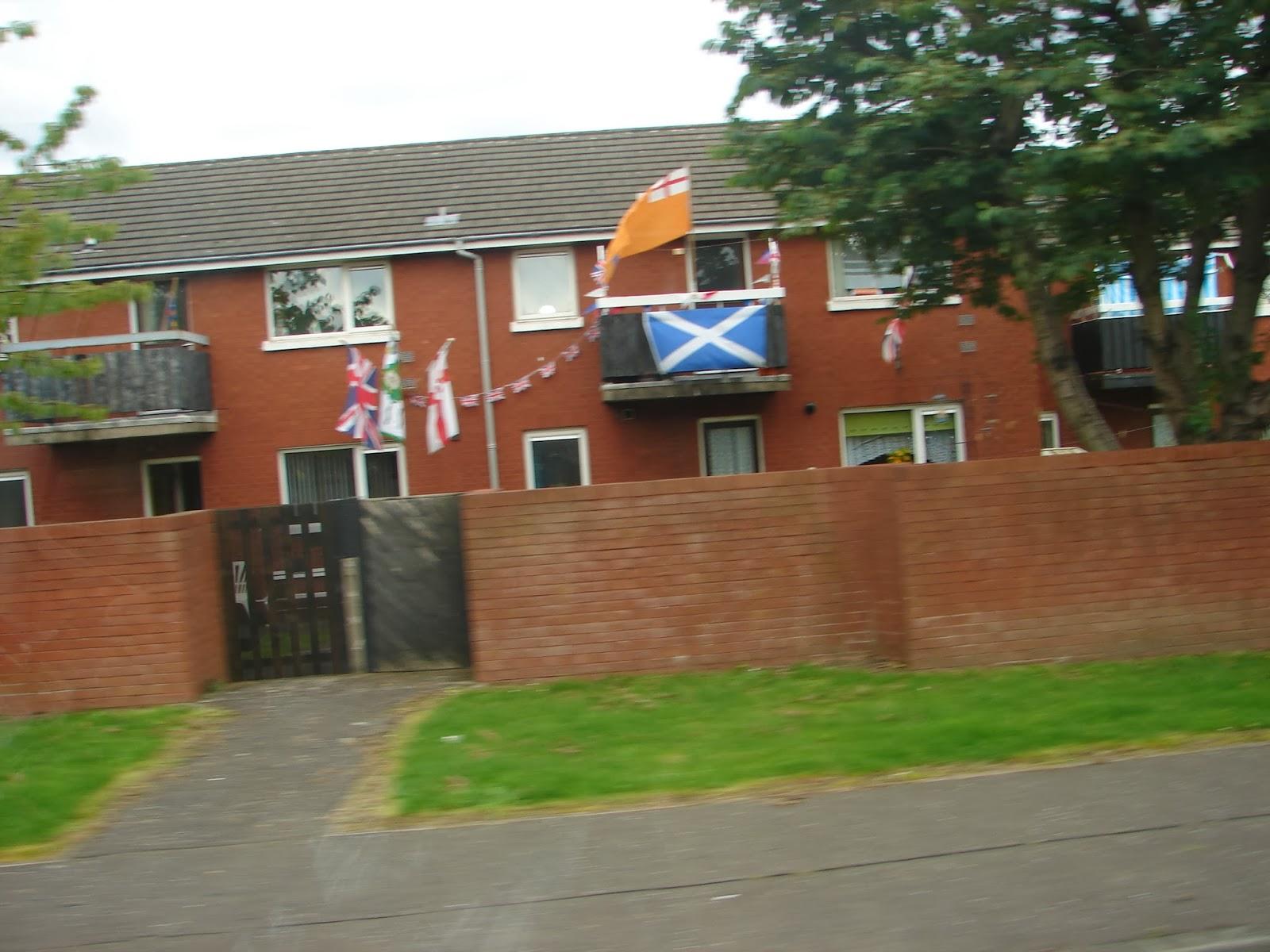 As identidades dos moradores desta casa non  ofrecen dúbida  (foto XMLS, desde o autobús)
