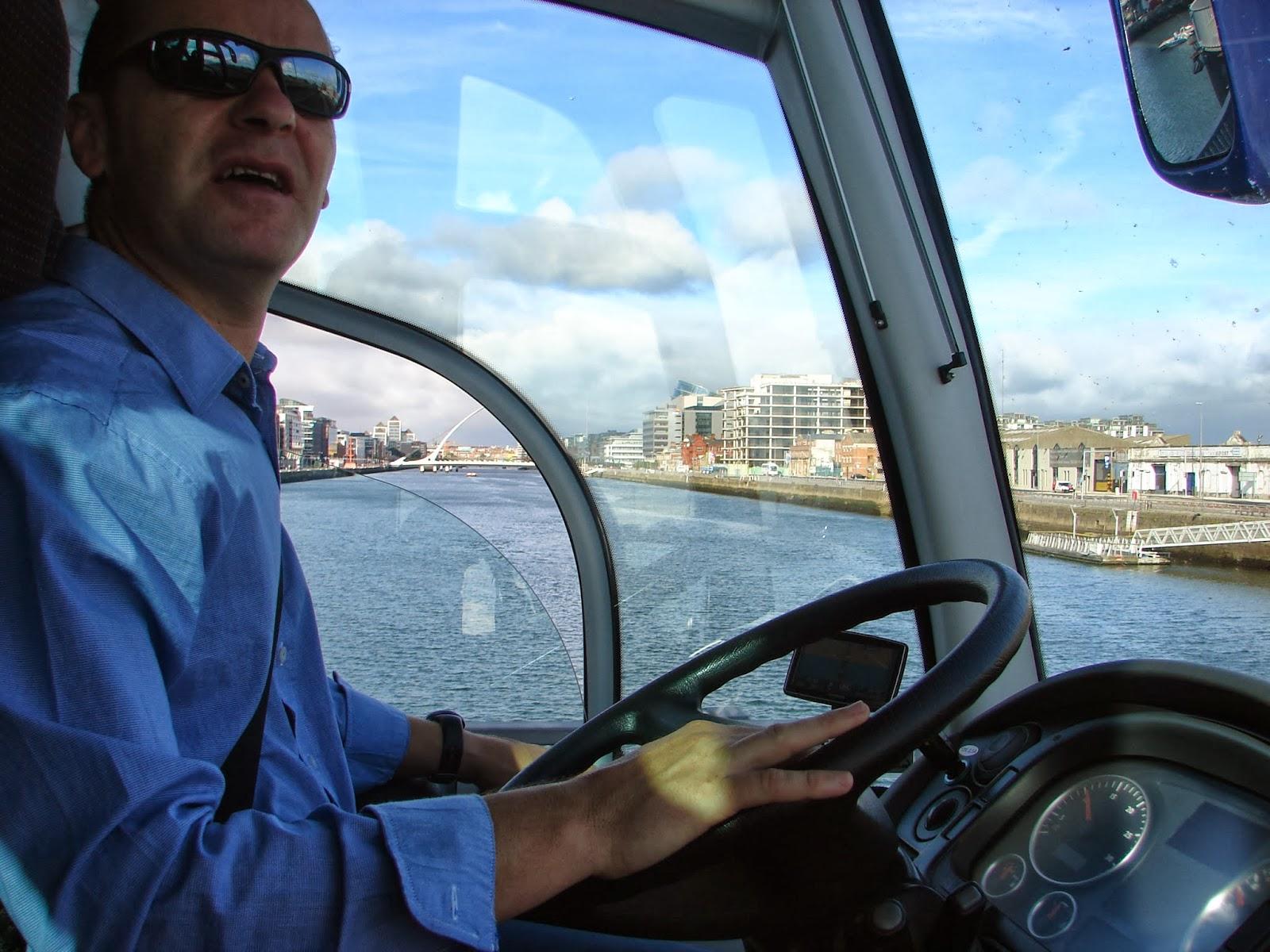 """Atravesando o río Liffey e despedíndonos de Dublín, co noso """"comandante ó volante"""", Pablo Bustelo, levándonos ó aeroporto (XMLS)"""