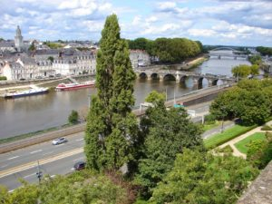 Vista do barrio de La Doutre e do río Maine, afluente do Loira (Angers) [XMLS]