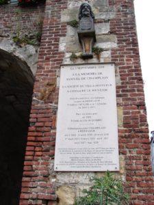 Placa recordatoria para o navegante Champlain, na casa do Lugartenente