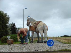 Escultura nunha rotonda entre O Havre e Étretat