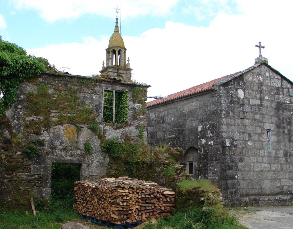 Restos do antigo priorado de Baíñas, cunha porta do séc. XV ou XVI (esq.) e cabeceira da igrexa de Sto. Antoíño de Baíñas, coa torre-campanario ó fondo(foto X.Mª Lema]
