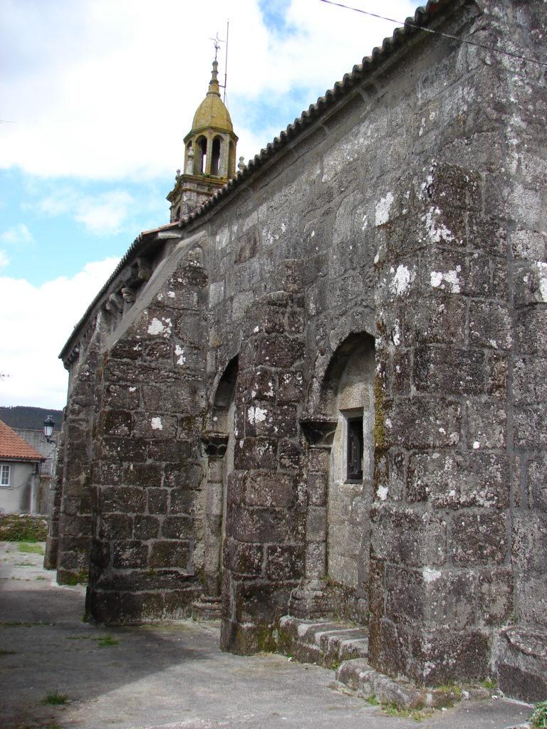 Muro sur da igrexa de Baíñas, con contrafortes  e arcadas románicas (foto X.Mª Lema)