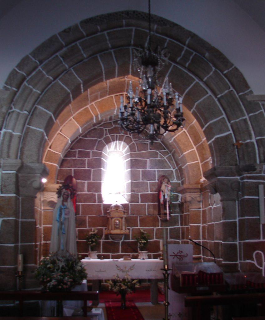 Arco triunfal da ábsida da igrexa da igrexa de  Baíñas (séc. XIII) [foto XMLS]