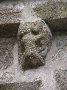 Representación dun 'vicio' nun dos  canzorriños románicos de Baíñas (foto XMLS)