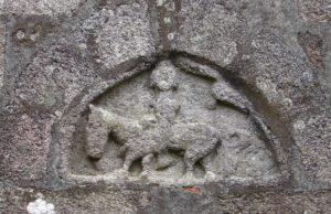 Relevo románico do muro norte, no que quizais se representa  a san Martiño partindo a capa (foto XMLS)