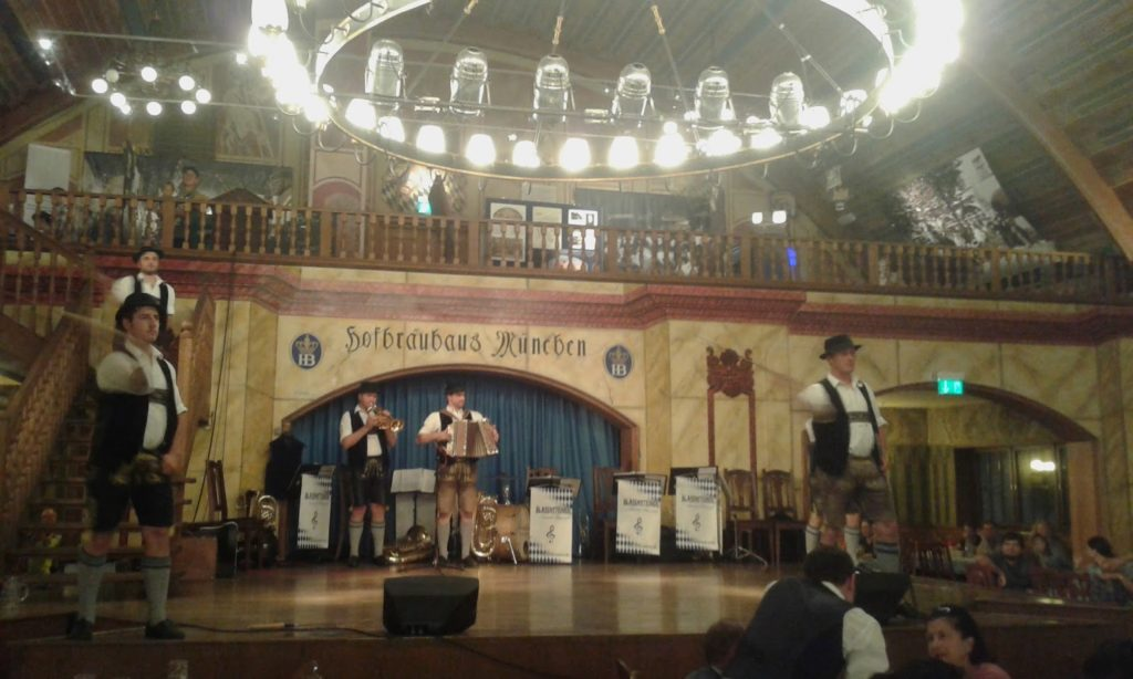 O grupo folclórico bávaro na Hofbräuhaus mallando coas trallas