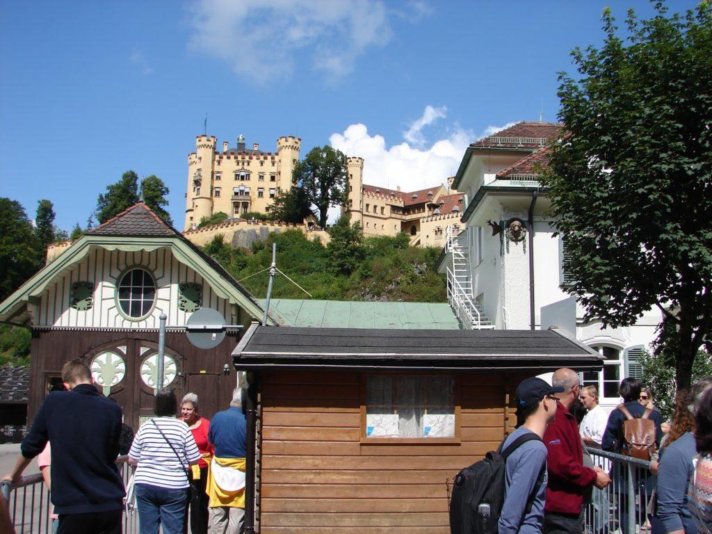 O castelo de Hohenschwangau (reconstruído entre 1832 e 1838), desde o punto de partida do bus-lanzadeira para subir ó castelo de Neuschswanstein (XMLS)
