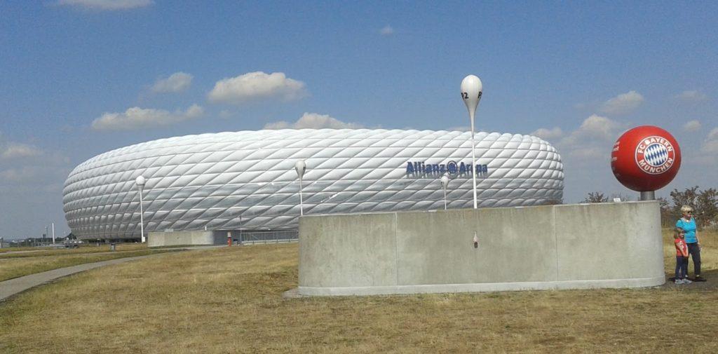 O estadio Allianz-Arena queda nun descampado ó norte da cidade, no barrio de Fröttmaning