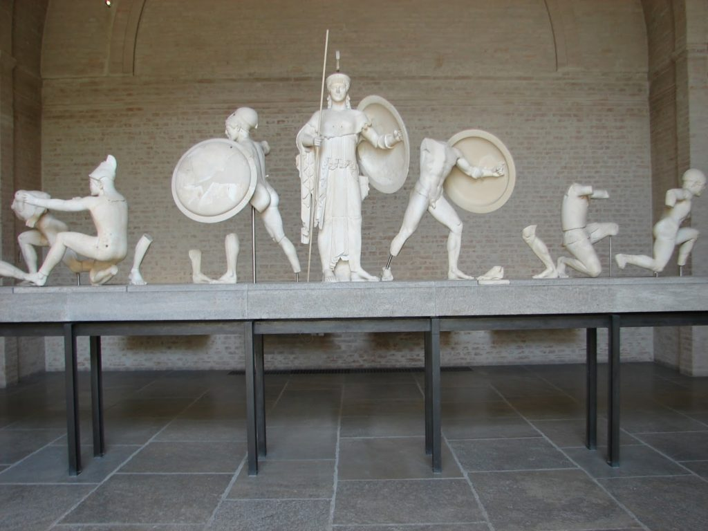 Äs figuras (mangadas) do frontón do templo de Exina (Grecia), na Gliptoteca de Múnic