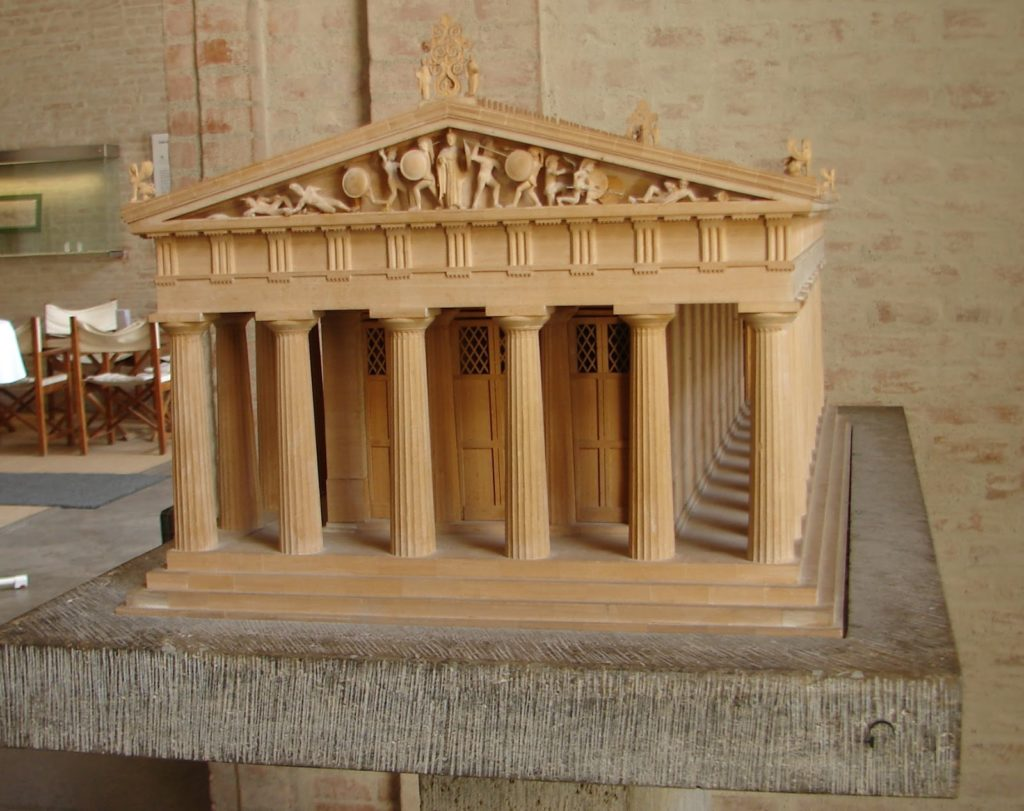 """En Grecia deixaron """"o molde"""" sen as figuras: maqueta do templo de Exina na Gliptoteca"""
