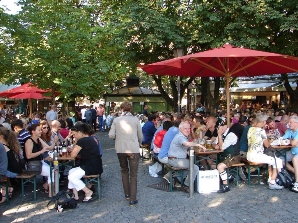 As cervexerías muniquesas ó aire libre dunha gran feira de produtos bávaros estaban a tope este Samstag (sábado). Os bávaros tamén se divirten, ¡e logo!