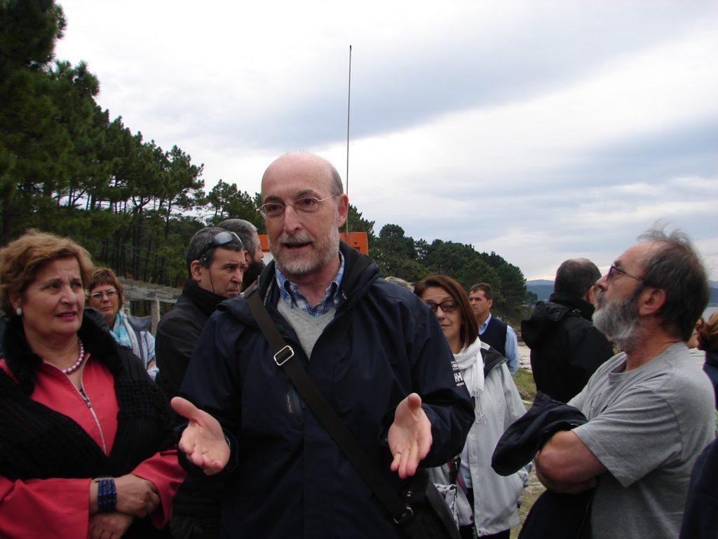 O profesor Antón G. Losada explicando a xeoloxía do Arco Fisterrán (foto XMª Lema)