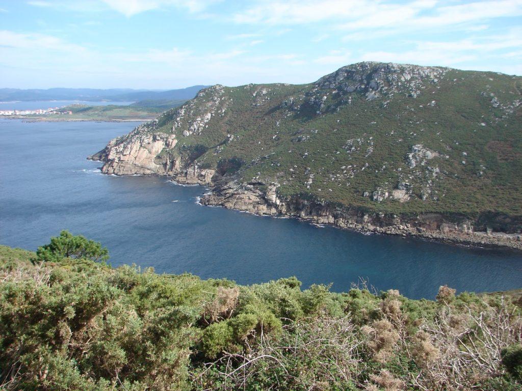 """Nas entrañas do monte Cachelmo atópase a furna de Buserán ou do Trabeiro, onde """"escachan as ondas espalladas polo mar"""" (López Abente) [foto XMLS]"""