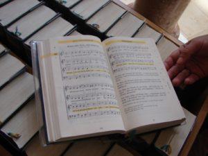 Biblias con cánticos á entrada da igrexa de Santa Ana de Augsburgo [XMLS]