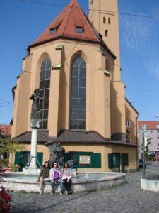 A igrexa de Santiago (St.-Jakob) e as rúas de Santiago (Jacoberstrasse) e do Albergue de Peregrinos (Pilgerhausstrasse) amosan a Augsburgo como un importante punto das peregrinacións xacobeas (XMLS).