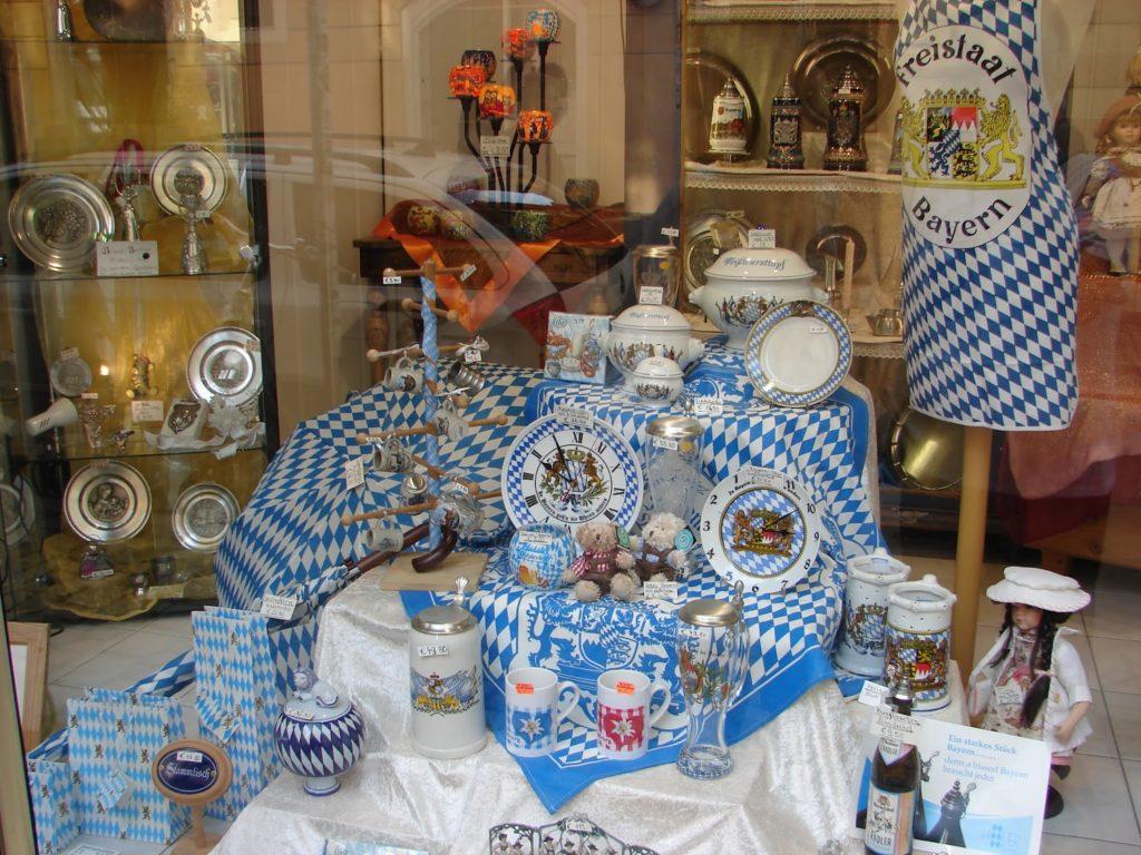 En Ratisbona, coma en toda Baviera, os símbolos identitarios do Freistaat Bayern ('Estado libre de Baviera'), como a súa bandeira de rombos azuis e brancos, son constante [XMLS]