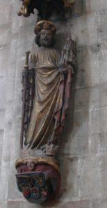 Imaxe de Santiago con caxato de peregrino, vieira no chapeu e maqueta de igrexa na man esquerda (pola súa catedral en Compostela) na entrada da igrexa de S. Sebaldo de Núremberg (XMLS)