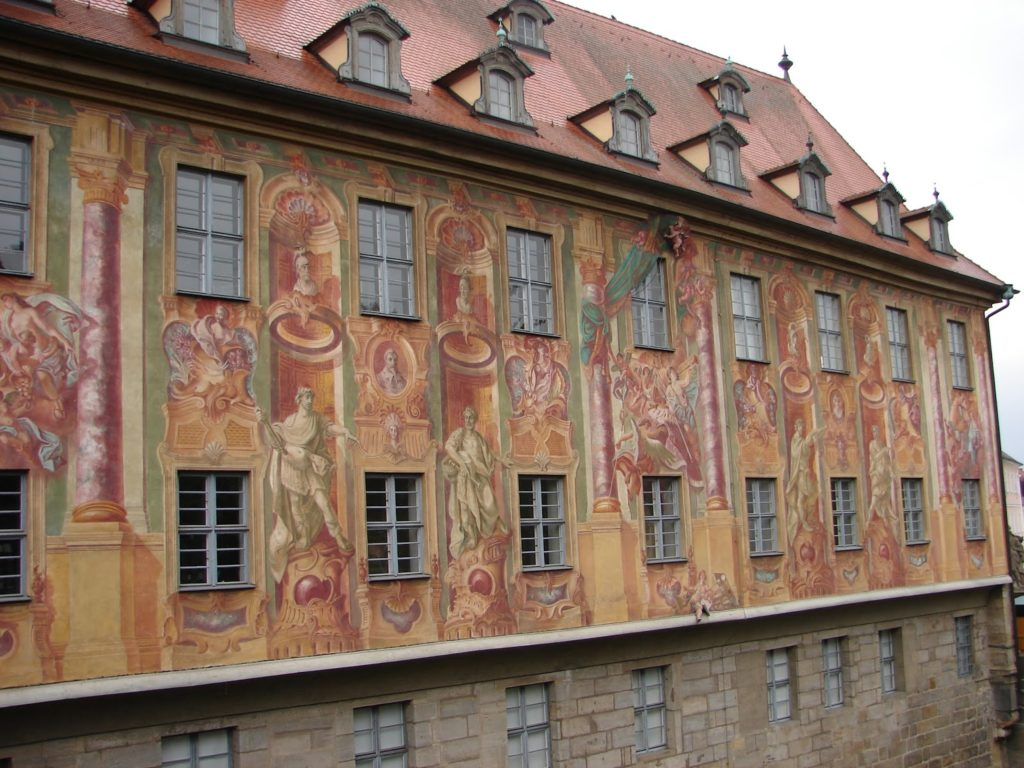 O Altes Rathaus (Casa do Concello antiga), decorada con pinturas [XMLS]