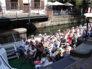 Barcaza de turistas pasando por baixo a ponte xiratoria aberta dunha das canles (XMLS)