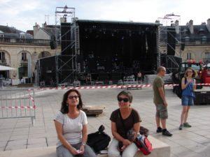As irmás Sambad esperando en Dijon a que empece a Panorama a tocar na sesión-vermú (hai que ser fans para seguila tan lonxe!)