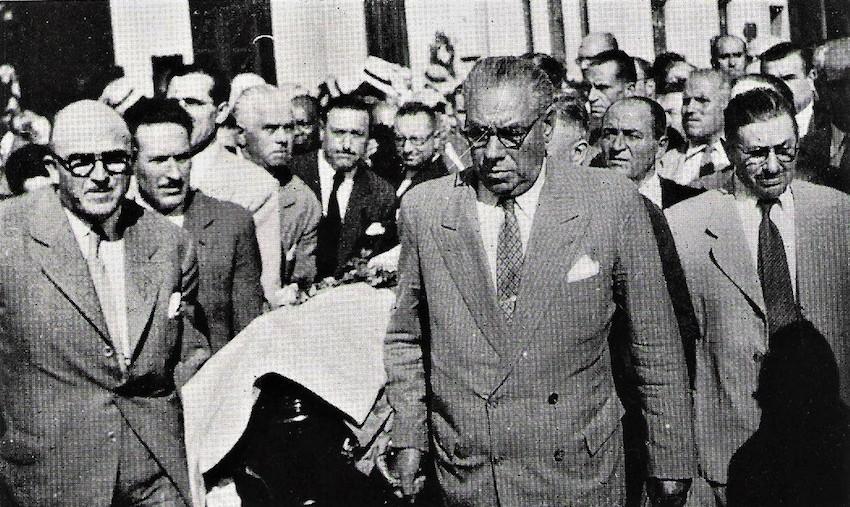 Dirixentes da colectividade galega portaron o cadaleito de Castelao, entre eles Perfecto López, na parte traseira coa gravata negra, xaneiro de 1950