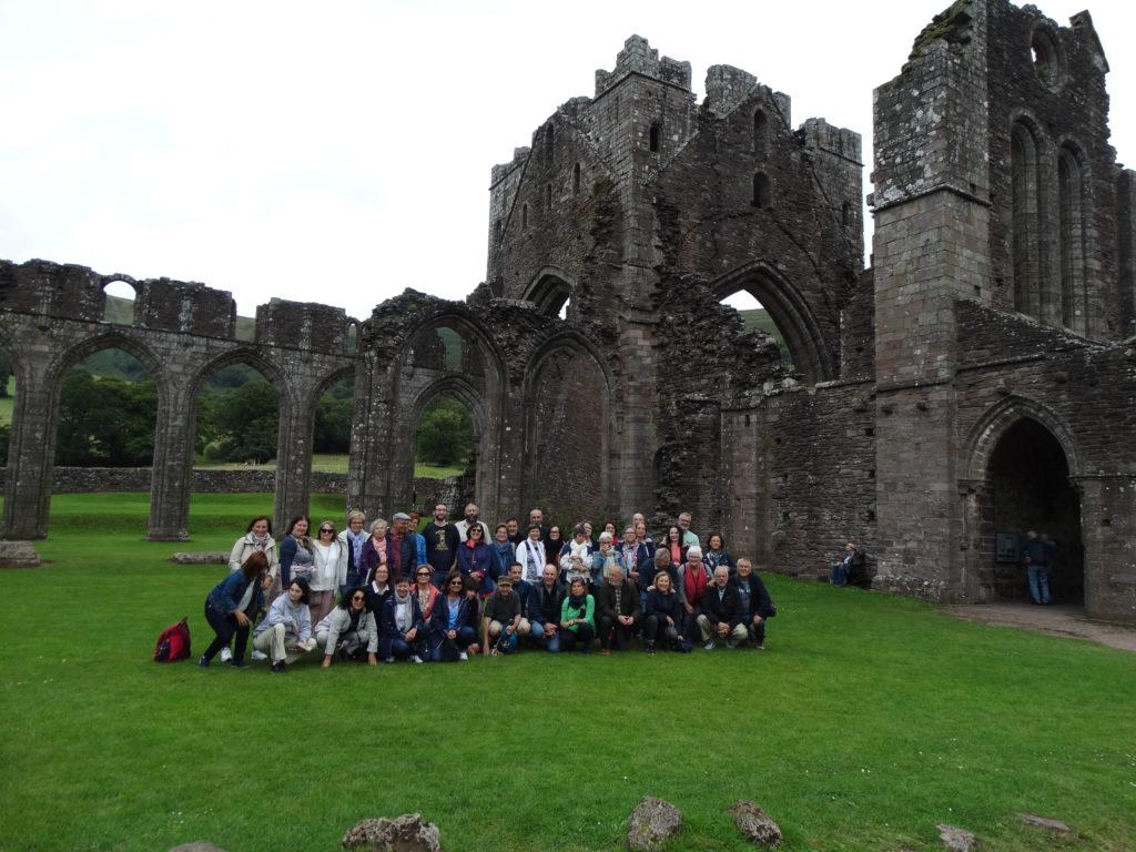 3. Os viaxeiros nas ruinas do priorado de Llanthony (Foto XMLS)