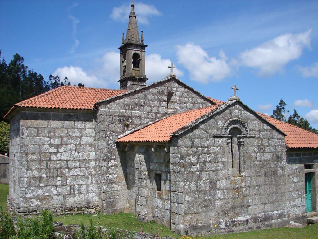 Ábsida románica da igrexa de San Miguel de Treos (foto X.Mª Lema)