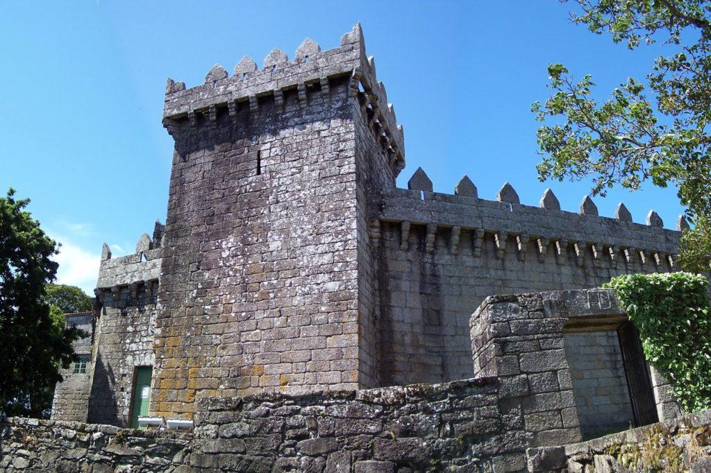 Castelo de Vimianzo: torre da homenaxe en 1º plano; na parte superior, por dentro, o adarve con elementos defensivos coma os matacáns sostidos por canzorros e as ameas entre merlóns pentagonais (foto Roberto Mouzo Lavandeira)