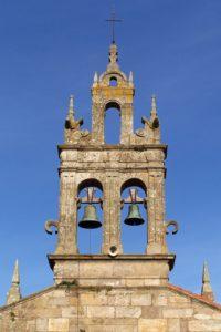 Acroterios piramidais sobre a espadana e a fachada da igrexa de Gándara (foto Roberto Mouzo)