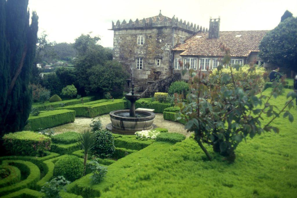 Fachada oeste das Torres de Romelle, cos seus xardíns (foto X.Mª Lema)