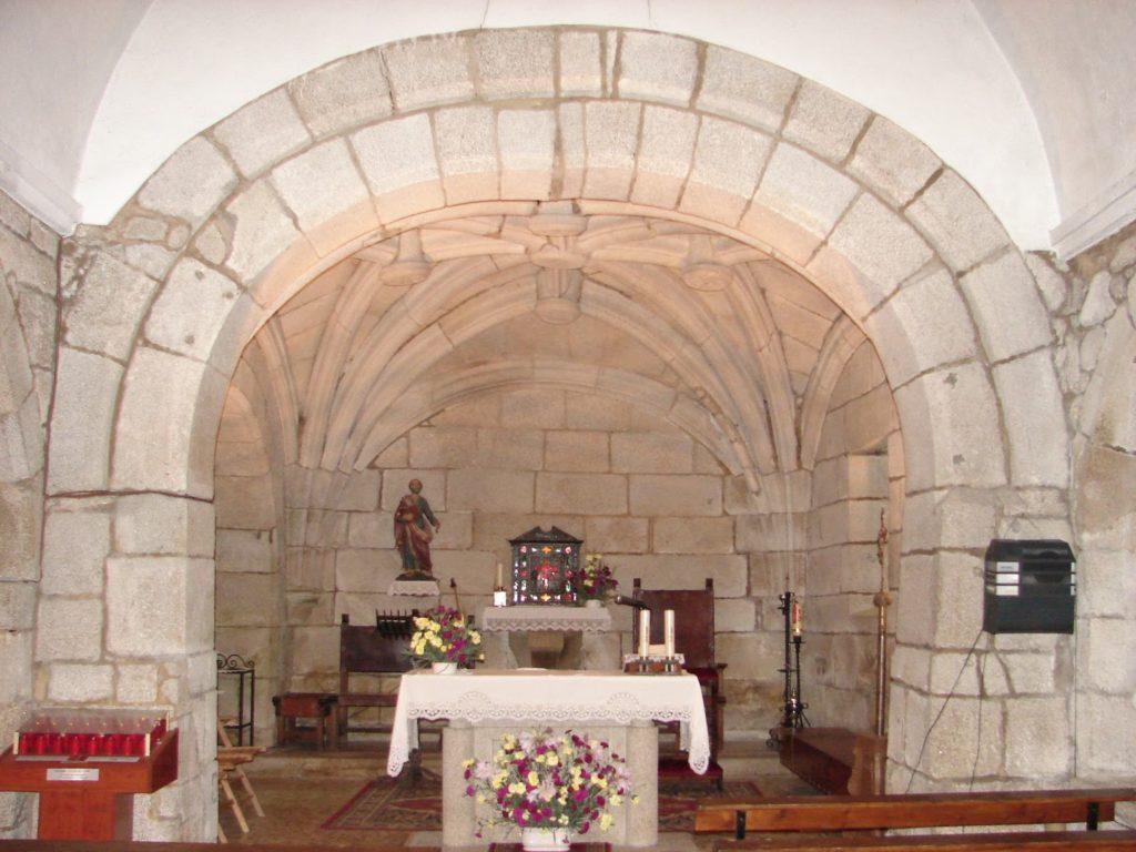 A capela maior de San Pedro de Berdoias tamén se cobre cunha bóveda nervada (foto XMLema)