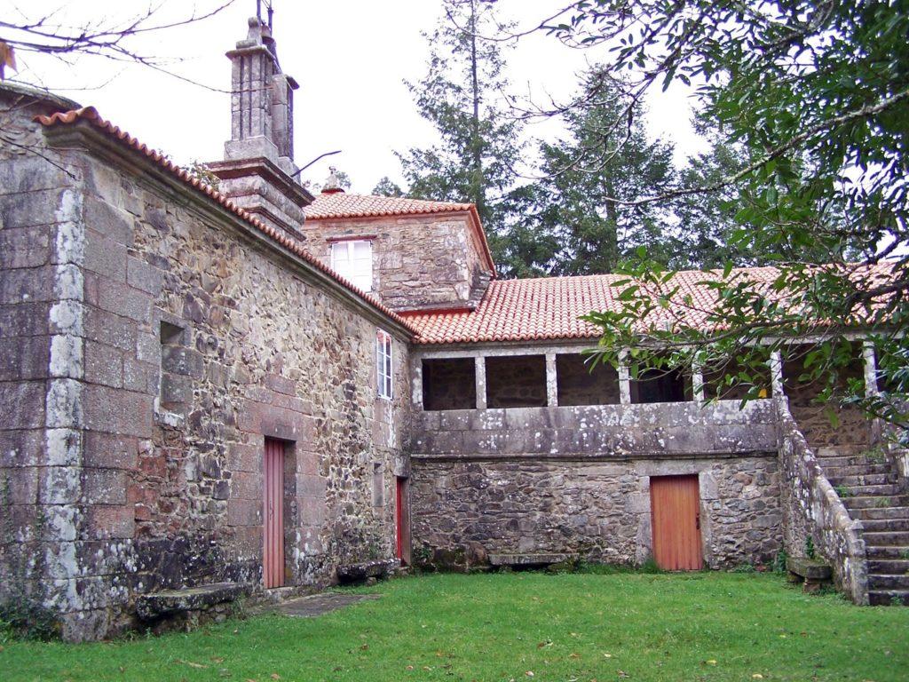 Pazo das Hedreiras: capela do Rosario (esq.) e solaina con patín (foto Roberto Mouzo Lavandeira)