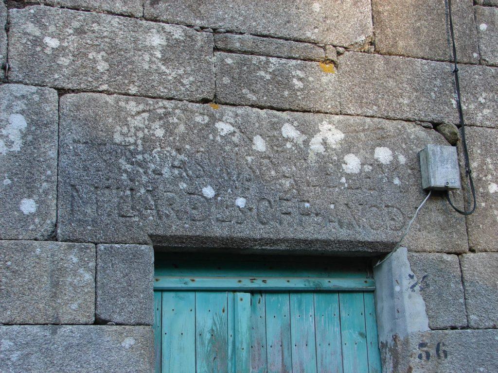 Lintel da casa de Alonso de Lema II, de Berdoias, cunha inscrición co nome do dono e do ano de construción (1607) (foto X.Mª Lema)