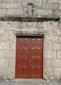 Portada barroca da igrexa de Baio, cun arco alinteado e orelleiras angulares (foto X.Mª Lema)
