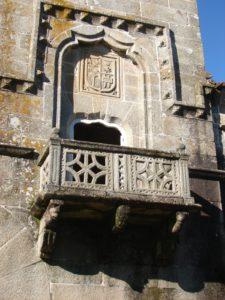 Tres canzorros sosteñen o balcón da torre sur das Torres do Allo (foto XMª Lema)