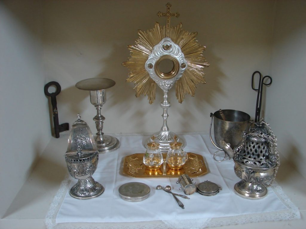Ourivaría sacra de Santiago de Berdeogas. A partir da chave: naveta, cáliz, custodia (ou ostensorio), incensario (foto X.Mª Lema)